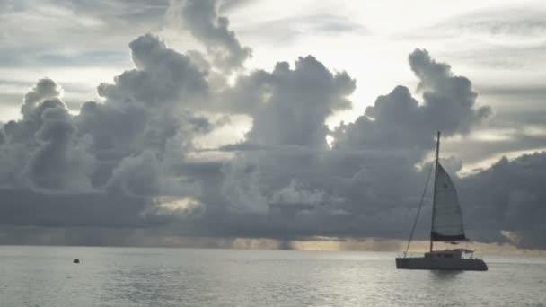 Čas západu slunce na pláži Anse Lazio, Praslin, Seychely