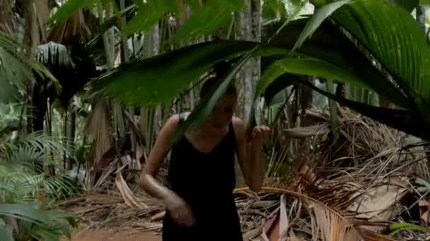 Mladá krásná žena v tropické džungli