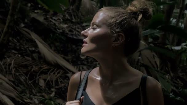 Szexi fiatal szőke szépség egy esőerdő
