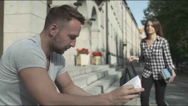 Mladí studenti čtení knihy dohromady přední univerzity
