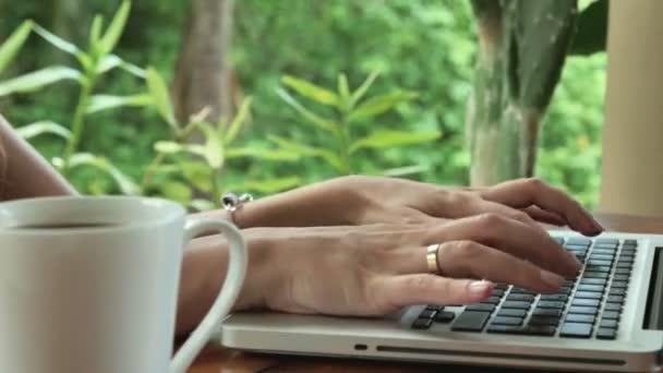 Fiatal nő a luxus kerti csésze kávé és a laptop, Lassított lejátszás.