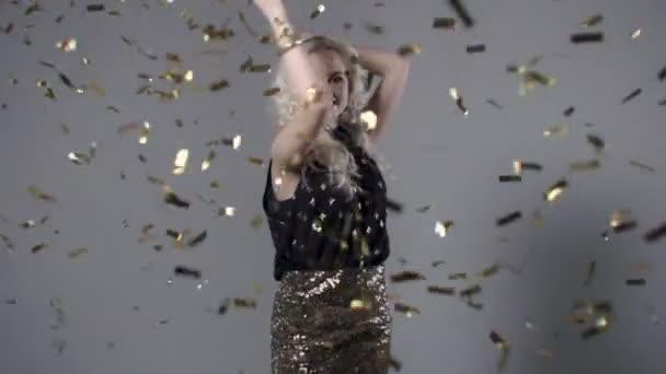 Gyönyörű nő közül arany konfetti, lassú mozgás