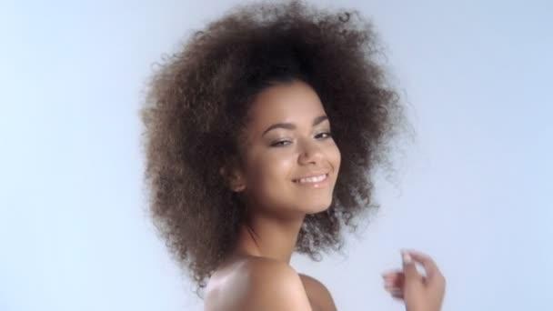 portrét krásná mladá Afričanka s úsměvem