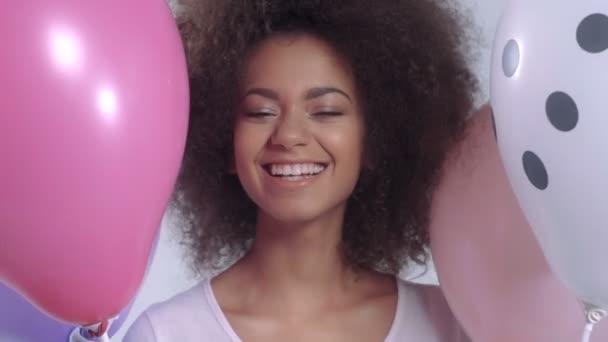 junge glückliche süße Frau mit Luftballons lächeln, Nahaufnahme.
