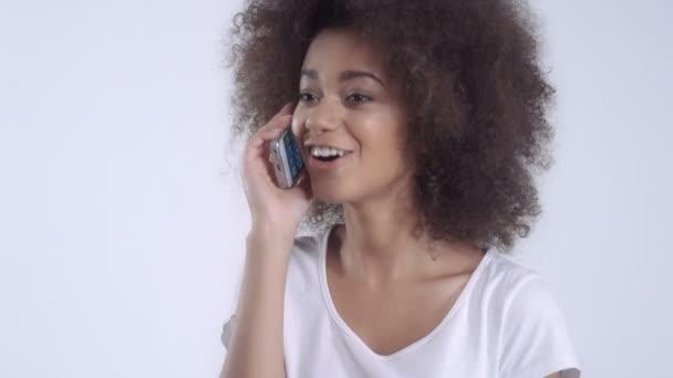 Glückliche Frau Gespräch auf ihr Telefon - gegenüber dem weißen Hintergrund isoliert