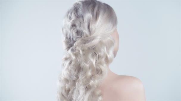 atraktivní blondýna usměvavá žena portrét na bílém pozadí