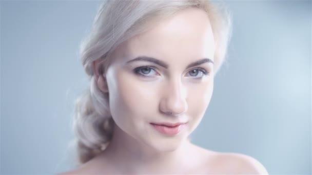 Krásná žena studiový portrét s zdravé kůže a lehký make-up