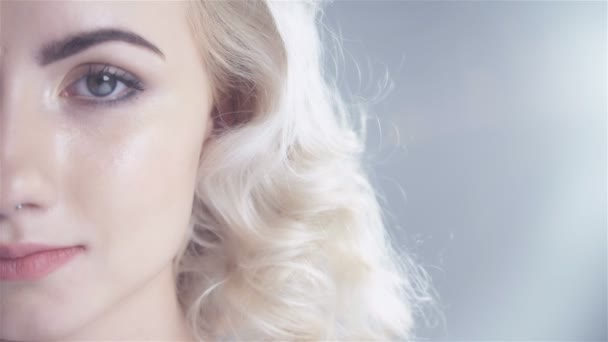 Krásná žena studiový portrét se zdravou kůži a dokonalý make-up, polovinu tváře