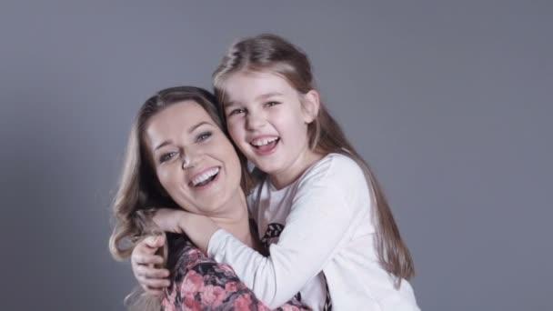 Portrét krásné matky a její krásnou dceru.