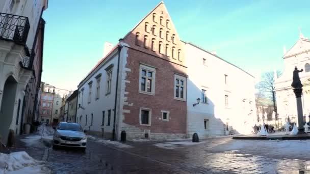 Krakau, Polen - 20. Februar 2021: Ein Taxi parkt auf einer Straße in der Nähe der römisch-katholischen Kirche St. Peter und Paul in der Grodzka-Straße in der Altstadt im Zentrum von Krakau.
