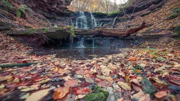 vodopád Krajina v podzimním lese