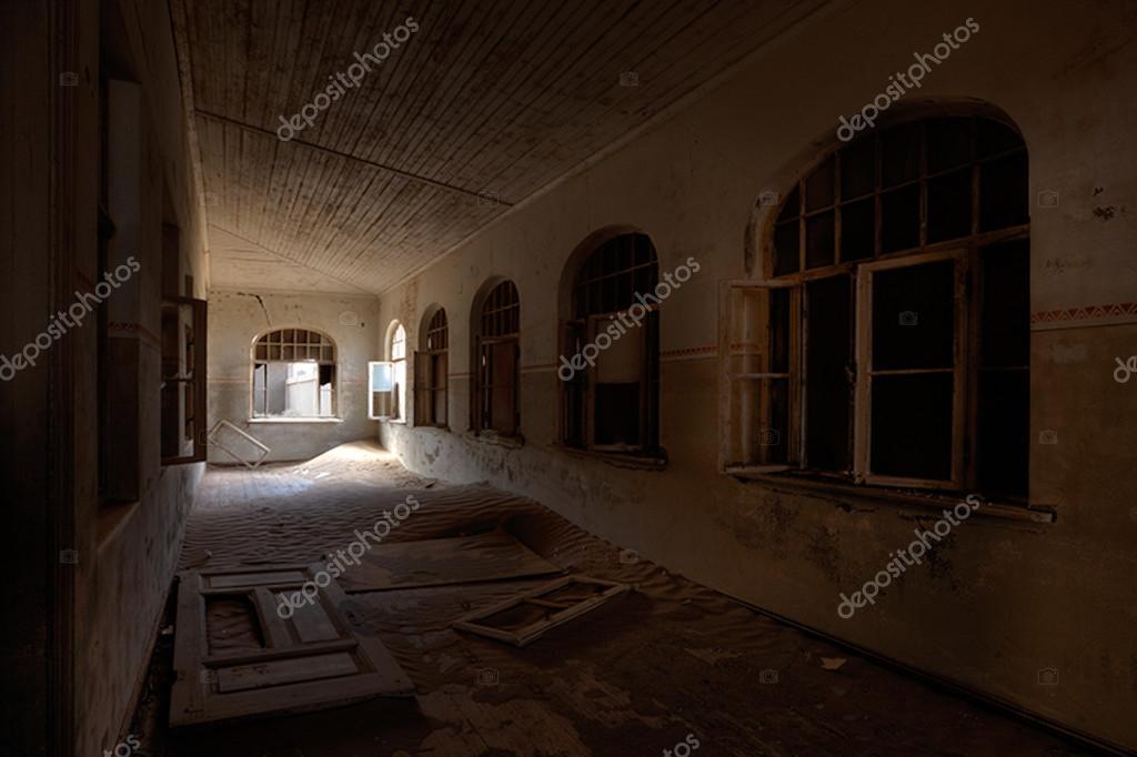 Interieur in oud huis u stockfoto ben