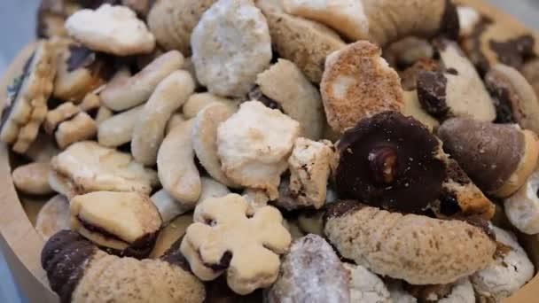 Detailní záběr vánočních sladkostí. Vánoční cukroví se otáčí kolem své osy.