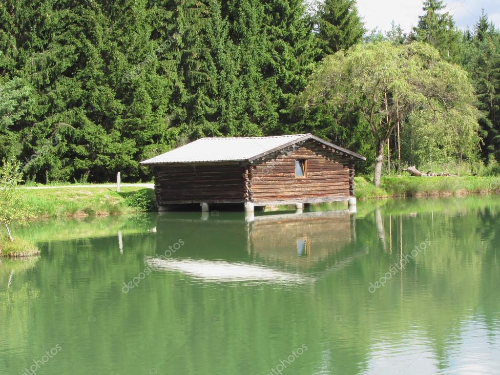 Piccolo lago di montagna con casa sopra priorit bassa di for Piani cottage piccolo lago