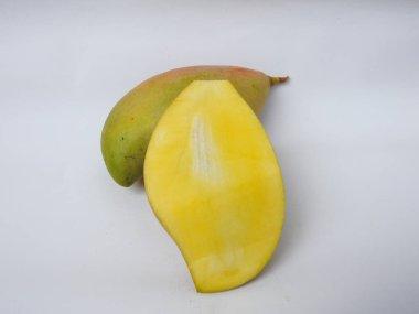 "Картина, постер, плакат, фотообои ""cup of single and group of totapo raw mango slipped fruit изолирован на белом фоне"", артикул 474502644"
