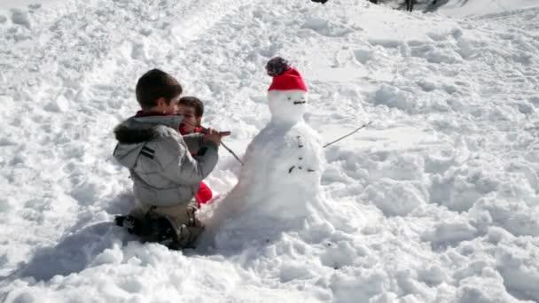 két testvér együtt hóember