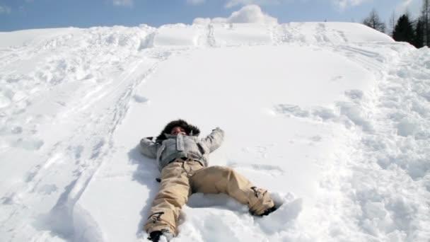 dítě do sněhu a kreslí angel