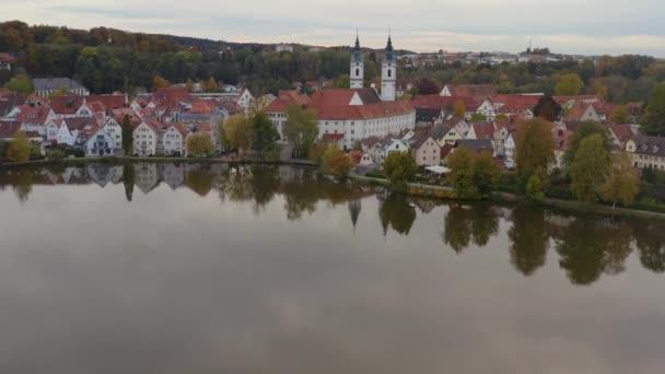 Luftaufnahme der Stadt Bad Waldsee an einem sonnigen Spätnachmittag im Herbst.