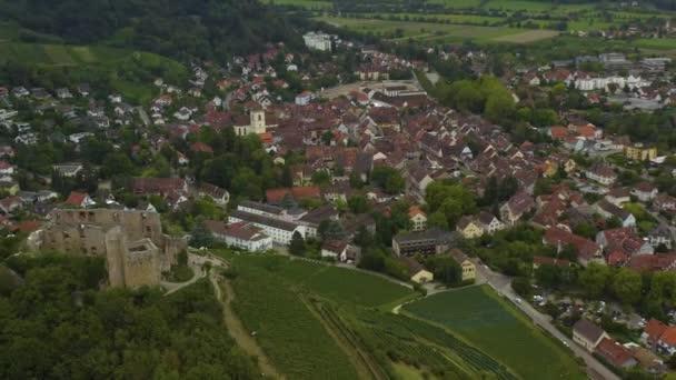 Luftaufnahme der Stadt und des Schlosses Staufen an einem späten bewölkten Tag im Sommer.