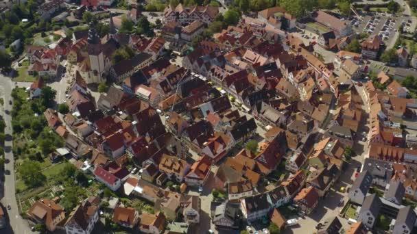 Luftaufnahme der Stadt Haslach im Kinzigtal im Schwarzwald an einem sonnigen Sommertag.