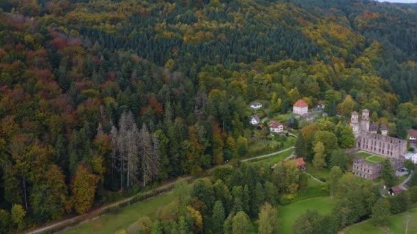 Letecký pohled kolem Černého lesa a zříceniny kláštera Frauenalb v Německu za slunečného podzimního rána, podzim.