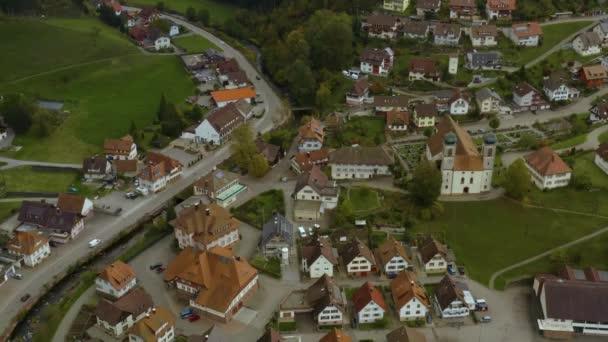 Letecký pohled na obec Schapbach v Německu za zamračeného podzimního dne, podzim.
