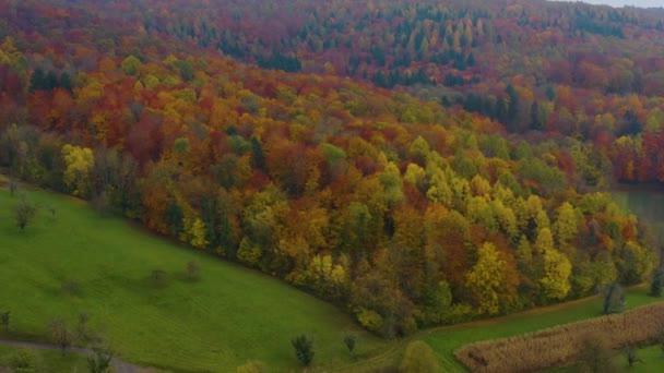 Letecký pohled po obci a hradu Burg Landeck za oblačného dne na podzim v Německu.