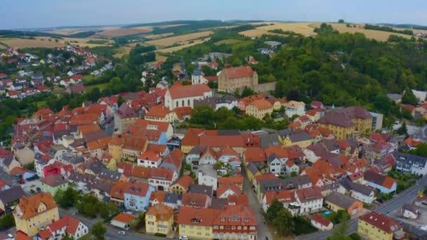 Luftaufnahme der Altstadt der Stadt Arnstein in Deutschland, Bayern an einem späten Frühlingsnachmittag