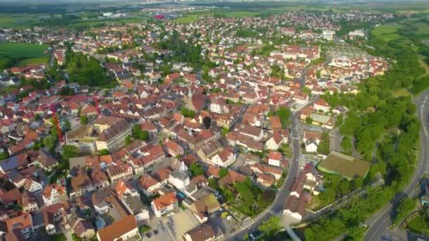 Luftaufnahme der Stadt Herzogenaurach in Bayern an einem sonnigen Frühlingstag