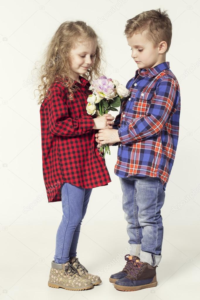 6d6ec1eacdd8 Αστεία αγαπητά παιδιά. μοντέρνα μικρό αγόρι και κορίτσι με τζιν και ...