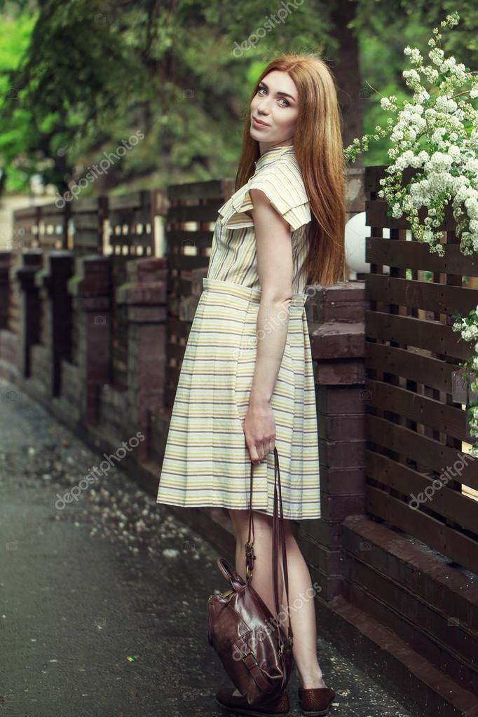 Красиво одетая девушка платье