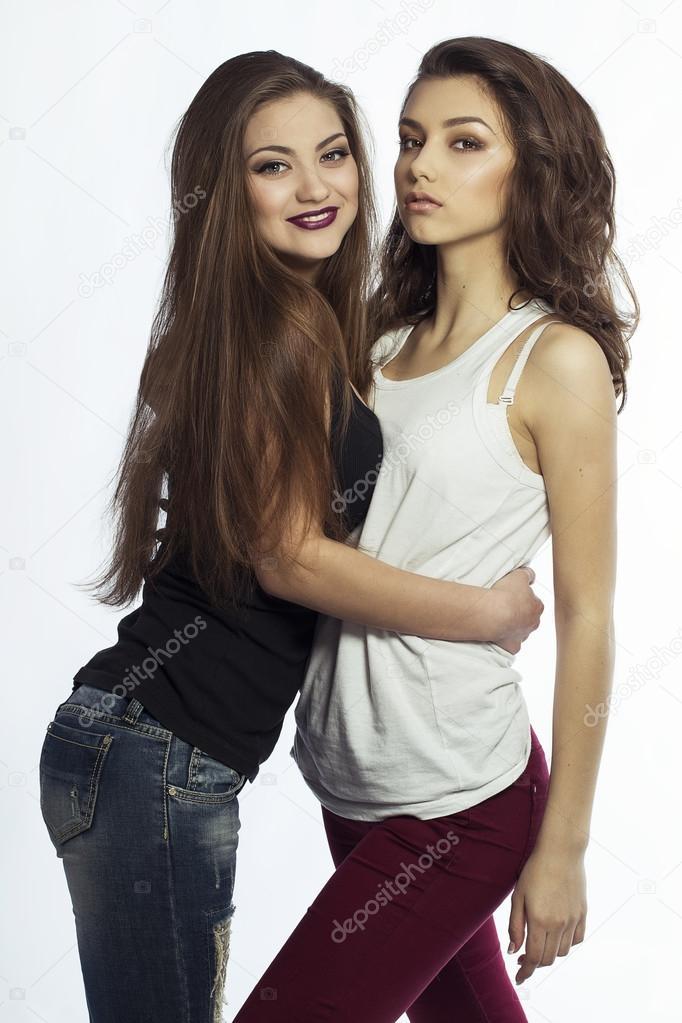 chicas morenas sexis dos hermanas