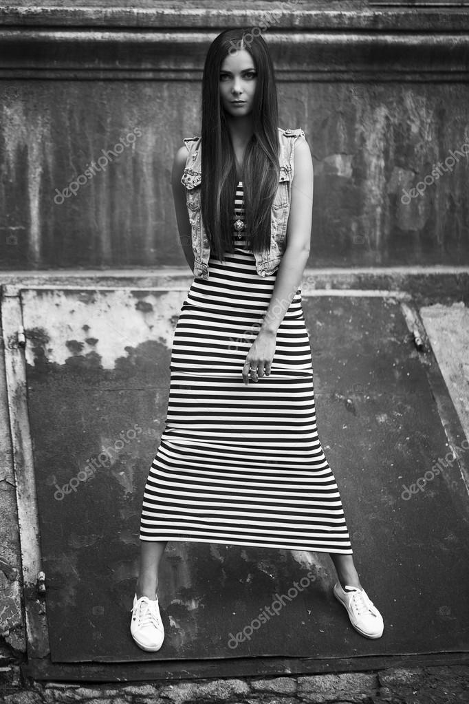 03b3a32253b248 Mode portrait de jeune fille brune belle balck trendy et blanc robe ...