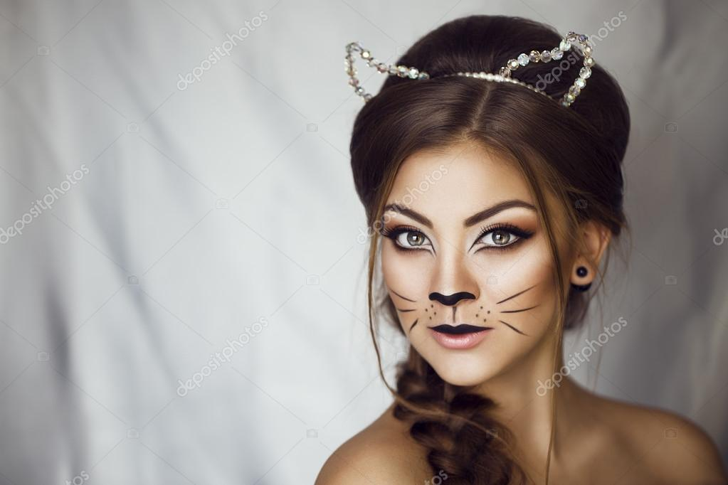 sexy beaut fille avec chat de maquillage sur le visage et les oreilles sur sa t te provocateur. Black Bedroom Furniture Sets. Home Design Ideas