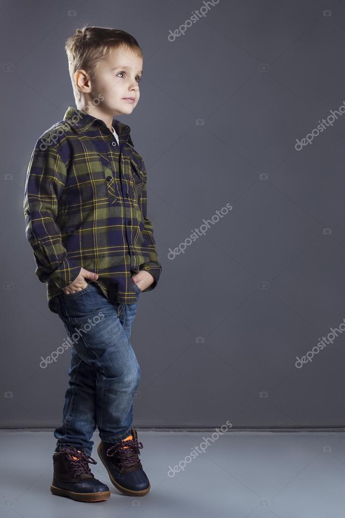 d8dd10911e Niño gracioso. moda niño en pantalones vaqueros