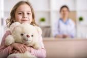 Kleines Mädchen in einem Arzt