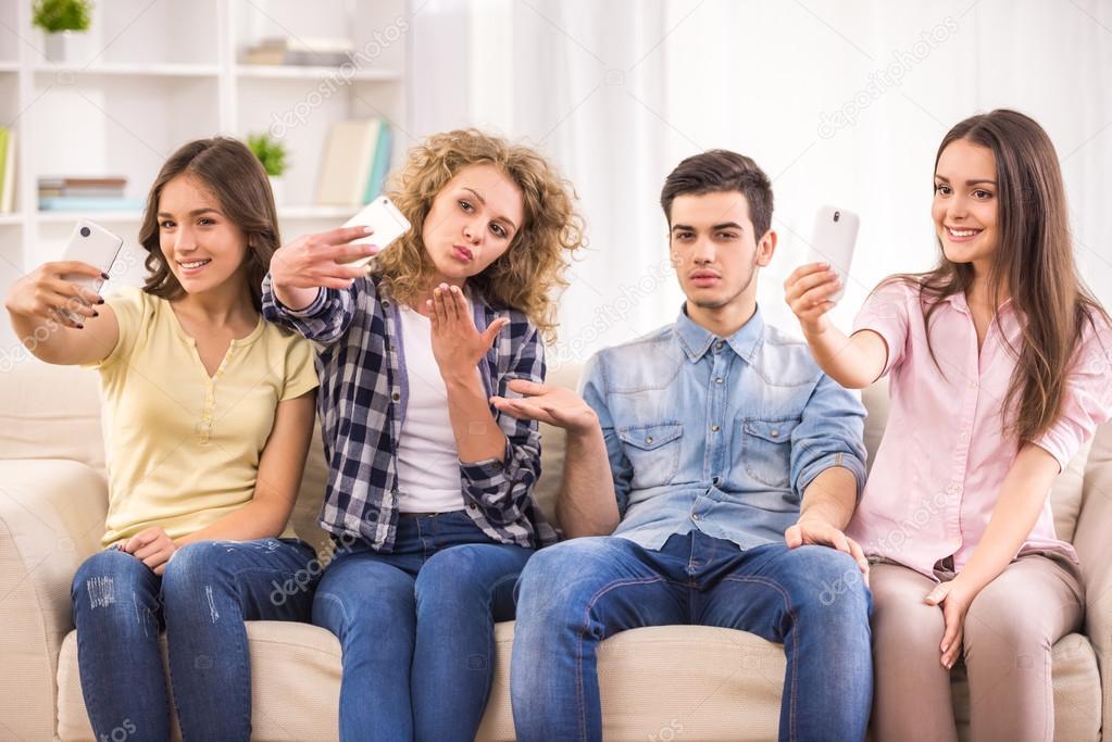 молодежь на диване своей