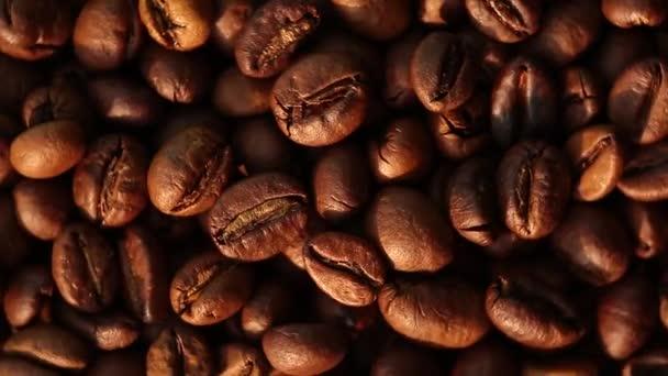 Kávová zrna close-up horní pohled kruhové otáčení. Plochá poloha pražené kávy