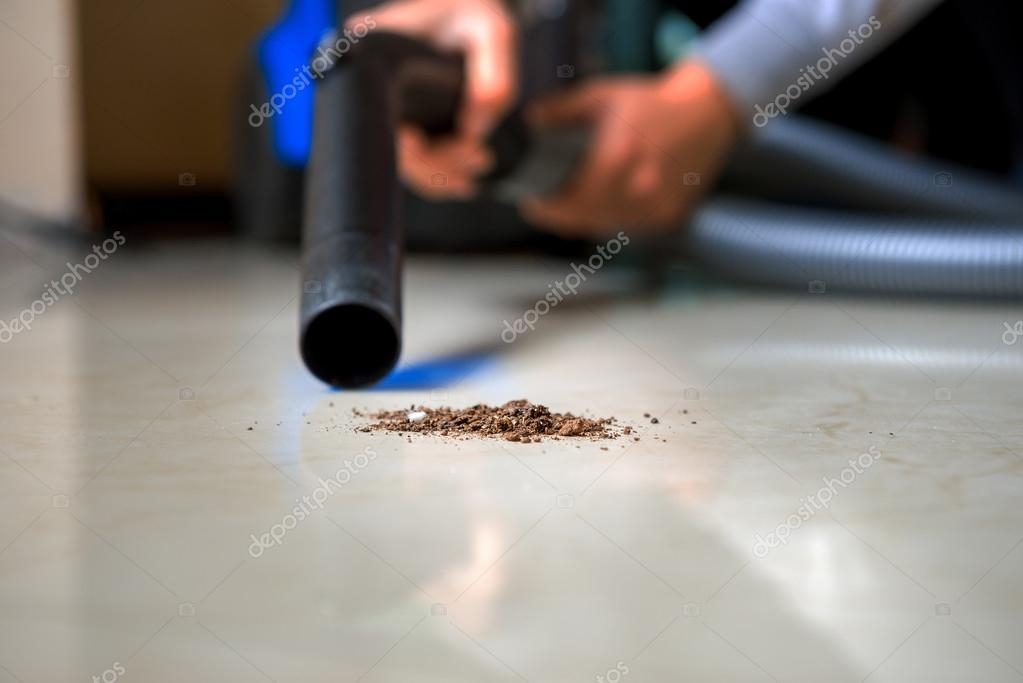 Moderne stofzuiger aan het opruimen van de woonkamer — Stockfoto ...