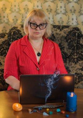 Kadın doktor psikoterapistinin iş portresi, enerji ve ruh sağlığı ile çalışma