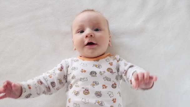 Portrét roztomilé dítě, který se snaží komunikovat