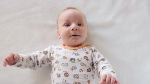 Portréja egy aranyos baba, aki próbál kommunikálni