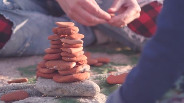 stavba pyramid od oblázkové kameny