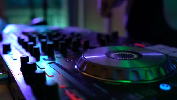 DJ ruce na palubě vybavení