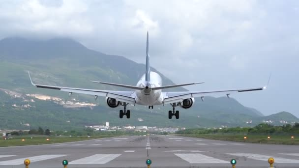 zadní pohled na přistání letadla