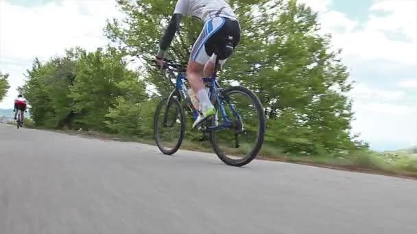 Cyklista muž na koni horské kolo v slunné da