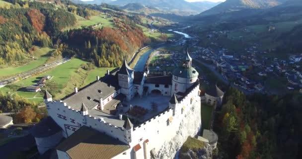Letecký pohled na alpské hradu Hohenwerfen nedaleko Salcburku, Rakouské Alpy