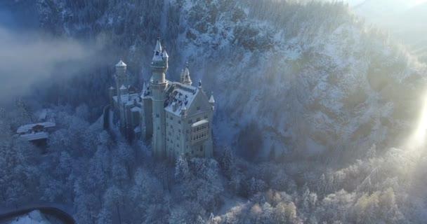 A légi felvétel a Neuschwanstein kastély, a téli táj napkeltekor.
