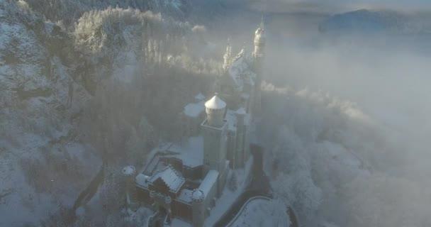 Letecký pohled na zámek Neuschwanstein v sunrise v zimní krajině