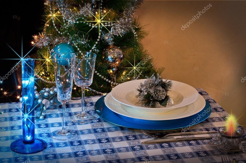 Albero Di Natale Con Decorazioni Blu : Tavola apparecchiata per la cena di natale con decorazioni blu e